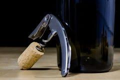 Accesorios del vino en una tabla de madera Corcho, sacacorchos y una botella Imagenes de archivo