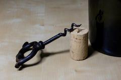 Accesorios del vino en una tabla de madera Corcho, sacacorchos y una botella Foto de archivo