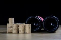 Accesorios del vino en una tabla de madera Corcho, sacacorchos y una botella Fotos de archivo