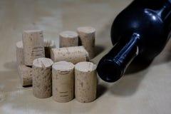 Accesorios del vino en una tabla de madera Corcho, sacacorchos y una botella Fotografía de archivo
