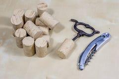 Accesorios del vino en una tabla de madera Corcho, sacacorchos y una botella Foto de archivo libre de regalías
