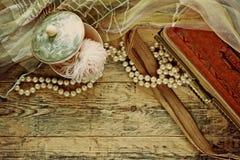 Accesorios del vintage, caja del polvo, bufanda, collar y bolso Imagenes de archivo