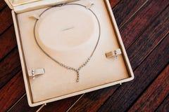 Accesorios del vintage, caja del polvo, bufanda, collar y bolso Imagen de archivo