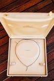Accesorios del vintage, caja del polvo, bufanda, collar y bolso Fotos de archivo