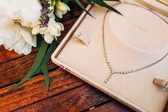 Accesorios del vintage, caja del polvo, bufanda, collar y bolso Fotos de archivo libres de regalías