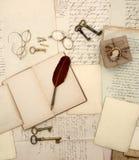 Accesorios del vintage, libro abierto, viejas letras y documentos retros Imagenes de archivo