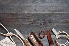 Accesorios del vintage para el viaje largo en la tabla de madera áspera Foto de archivo libre de regalías