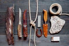 Accesorios del vintage para el viaje largo en la tabla de madera áspera Imagenes de archivo