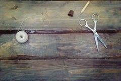 Accesorios del vintage para la costura hecha a mano en fondo de madera MES Imágenes de archivo libres de regalías