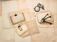 Accesorios del vintage, postales viejas y papeles Fotos de archivo
