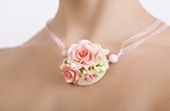 Accesorios del vintage, tiro del estudio de la moda de un neckla color de rosa floral Fotos de archivo libres de regalías
