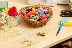 Accesorios e hilos de costura Foto de archivo libre de regalías