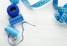 Accesorios e hilos de costura en la tabla, Fotografía de archivo