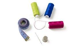 Accesorios e hilos de costura en la visión blanca, superior Imagen de archivo libre de regalías