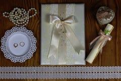 Accesorios e invitaciones de la boda de enmarcar la tabla de madera ligera Imagen de archivo libre de regalías
