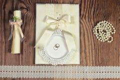 Accesorios e invitaciones de la boda de enmarcar la tabla de madera ligera Foto de archivo