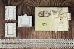 Accesorios e invitaciones de la boda de enmarcar la tabla de madera ligera Fotografía de archivo