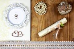 Accesorios e invitaciones de la boda de enmarcar la tabla de madera ligera Imagenes de archivo