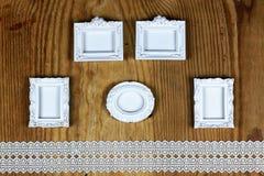 Accesorios e invitaciones de la boda de enmarcar la tabla de madera ligera Imágenes de archivo libres de regalías