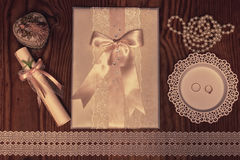 Accesorios e invitaciones de la boda de enmarcar la tabla de madera ligera Fotos de archivo libres de regalías