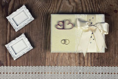 Accesorios e invitaciones de la boda de enmarcar la tabla de madera ligera Fotos de archivo
