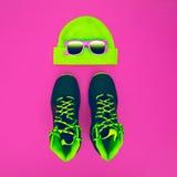 Accesorios elegantes del deporte de la moda: zapatillas de deporte, gafas de sol, sombrero encendido Imagen de archivo