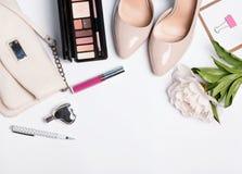 Accesorios elegantes del ` s de la mujer en color beige Fotografía de archivo