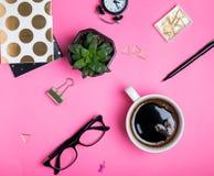 Accesorios elegantes del ` s de la mujer en fondo rosado brillante Fotografía de archivo libre de regalías