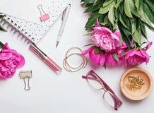 Accesorios elegantes hermosos y peonías rosadas en el backgrou blanco Foto de archivo libre de regalías