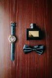 Accesorios elegantes modernos del hombre Opinión aislada sobre fondo de madera rústico Fotos de archivo libres de regalías