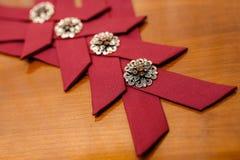 Accesorios elegantes rojos para el ath de los padrinos de boda la boda Imagen de archivo