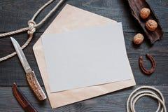 Accesorios en blanco de la hoja de papel y del vintage para el viaje en el rou Foto de archivo libre de regalías