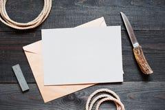 Accesorios en blanco de la hoja de papel y del vintage para el viaje en el rou Foto de archivo