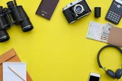 Accesorios en el fondo amarillo del escritorio del fotógrafo Foto de archivo libre de regalías