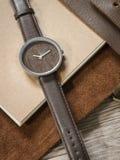 Accesorios en el pequeño bolso de cuero, reloj, cuaderno Foto de archivo