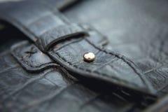 Accesorios en estilo del vintage, tiro macro, foco selectivo del ` s de los hombres Un bolso de cuero negro Fotos de archivo libres de regalías
