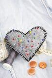 Accesorios en forma de corazón del acerico y del sastre Imágenes de archivo libres de regalías