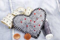 Accesorios en forma de corazón del acerico y del sastre Fotografía de archivo libre de regalías