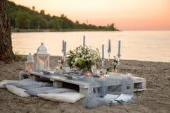 Accesorios en la tabla de la boda Primer accesorios en la tabla de la boda en la playa accesorios en la boda Fotos de archivo libres de regalías