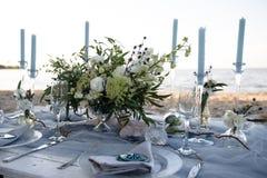 Accesorios en la tabla de la boda Primer accesorios en la tabla de la boda en la playa accesorios en la boda Imagenes de archivo