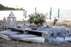 Accesorios en la tabla de la boda Primer accesorios en la tabla de la boda en la playa accesorios en la boda Imágenes de archivo libres de regalías