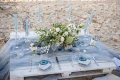 Accesorios en la tabla de la boda Primer accesorios en la tabla de la boda en la playa accesorios en la boda Fotografía de archivo libre de regalías