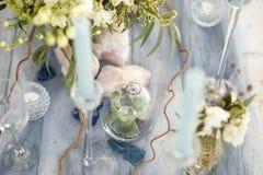 Accesorios en la tabla de la boda Primer accesorios en la tabla de la boda en la playa accesorios en la boda Foto de archivo libre de regalías