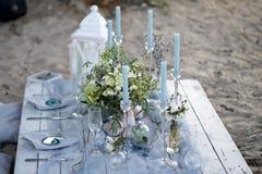 Accesorios en la tabla de la boda Primer accesorios en la tabla de la boda en la playa accesorios en la boda Fotos de archivo