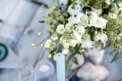 Accesorios en la tabla de la boda Primer accesorios en la tabla de la boda en la playa accesorios en la boda Fotografía de archivo