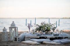 Accesorios en la tabla de la boda Primer accesorios en la tabla de la boda en la playa accesorios en la boda Foto de archivo