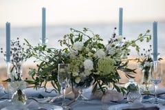 Accesorios en la tabla de la boda Primer accesorios en la tabla de la boda en la playa accesorios en la boda Imagen de archivo libre de regalías