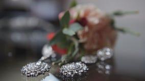 Accesorios en la tabla - pendientes de plata de la boda Fotos de archivo