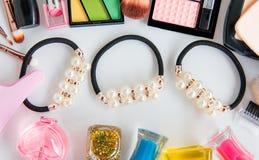 Accesorios en tenedor y cosméticos Fotos de archivo libres de regalías
