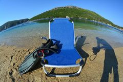 Accesorios en una playa, paisaje del verano del fisheye fotografía de archivo libre de regalías